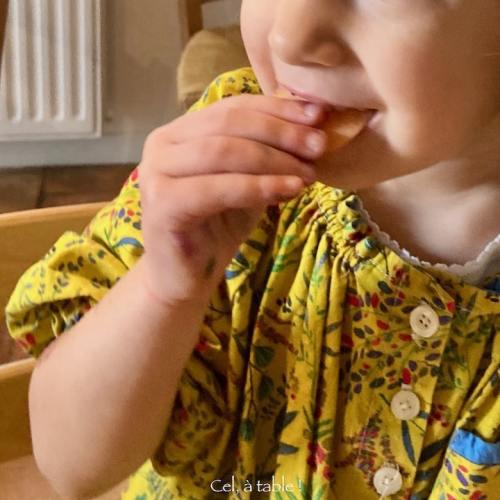 enfant qui déguste un légume