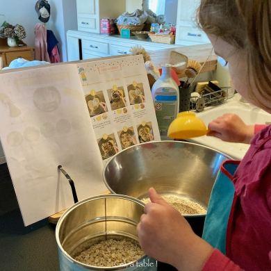 Enfant qui cuisine avec une recette illustrée