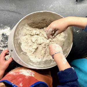 Enfants les mains dans la farine