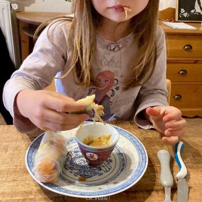 Enfant mangeant des rouleaux de printemps