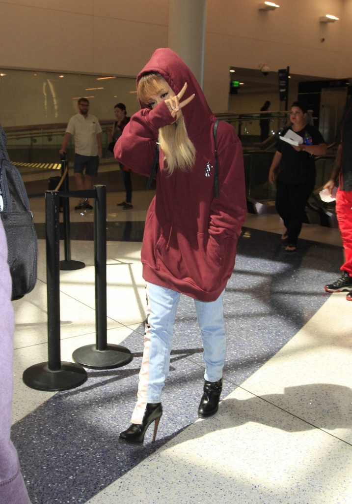 Ariana Grande Was Seen in LAX Airport With an Oversized Hoodie  Celeb Donut