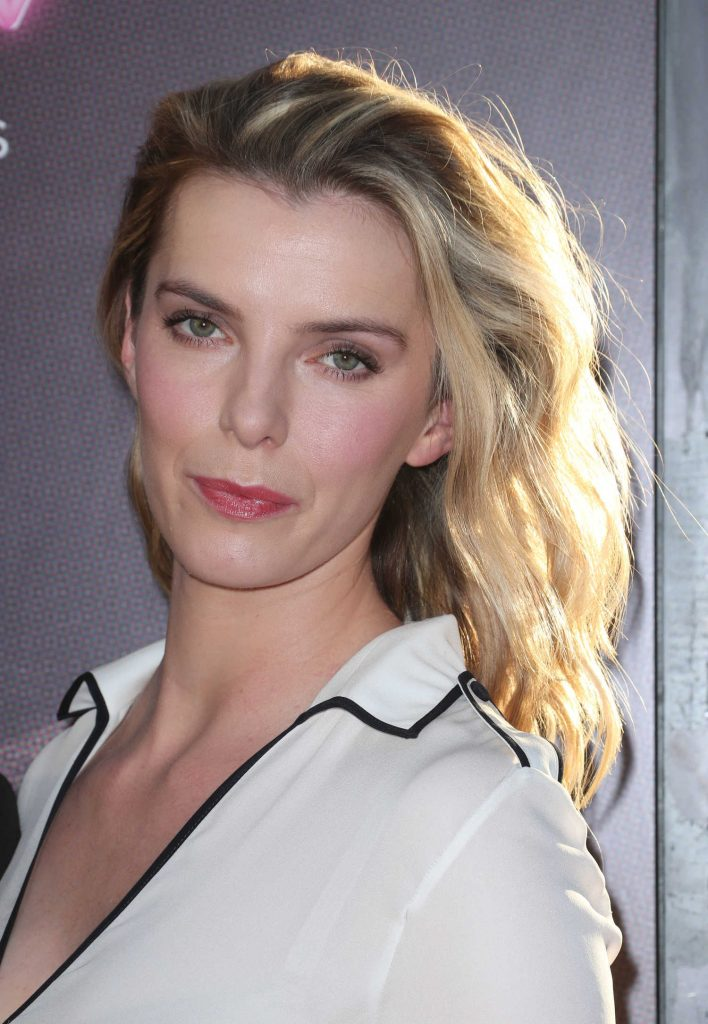 Betty Gilpin At The Glow Tv Show Premiere In Los Angeles