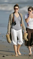 Jessica_Biel_walks_her_dogs_on_the_beach_in_Malibu_with_some_friends_11
