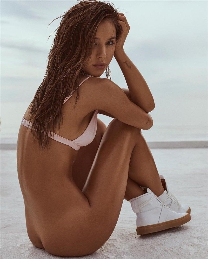 Alexis Ren Topless Video And Bottomless Photos