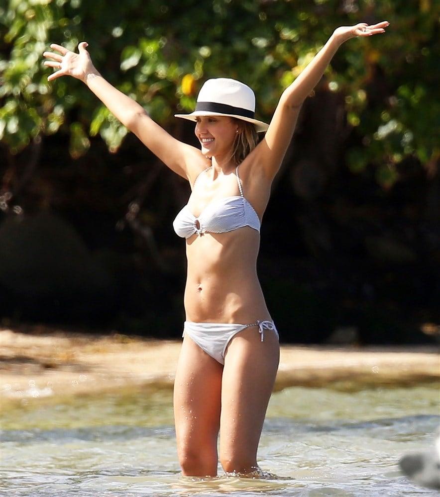 New Pics Of Jessica Alba's Hard Nips And Tight Ass In A Bikini