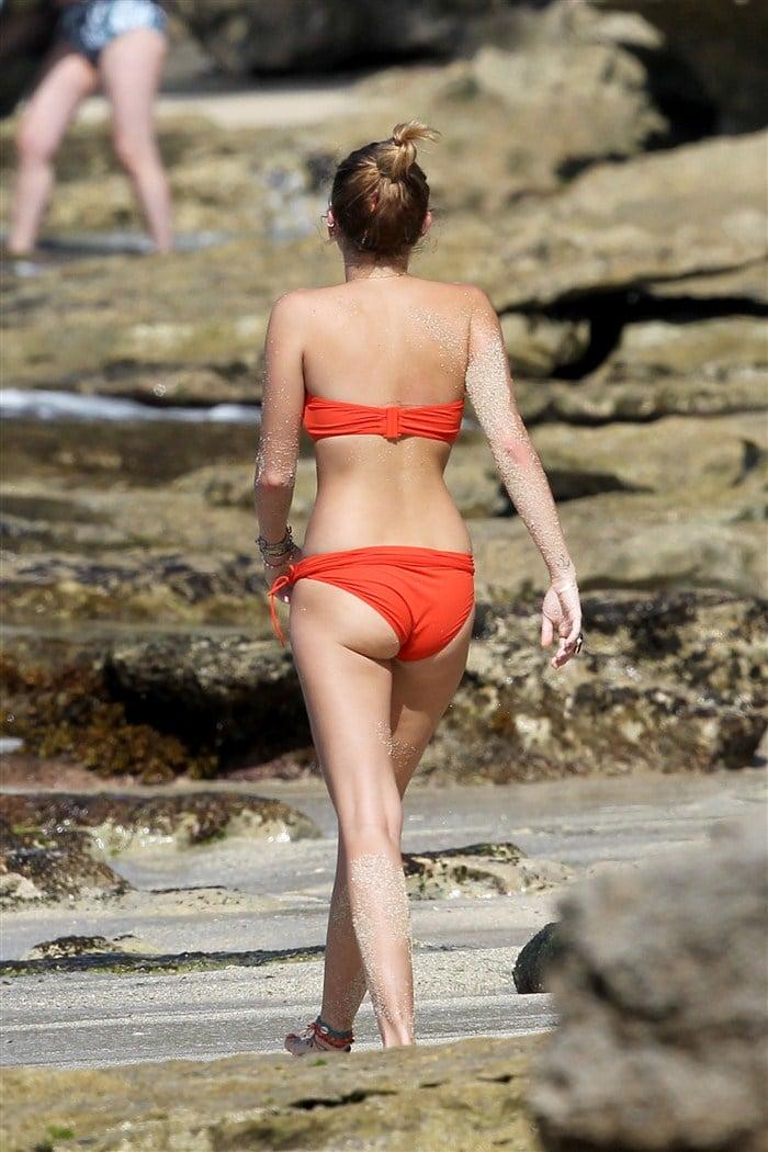 Miley Cyrus Sets Good Example In Bikini Pics