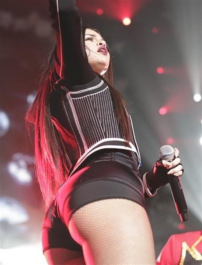 Selena Gomez Breaks Out Her Butt Cheeks For Jingle Ball 2015