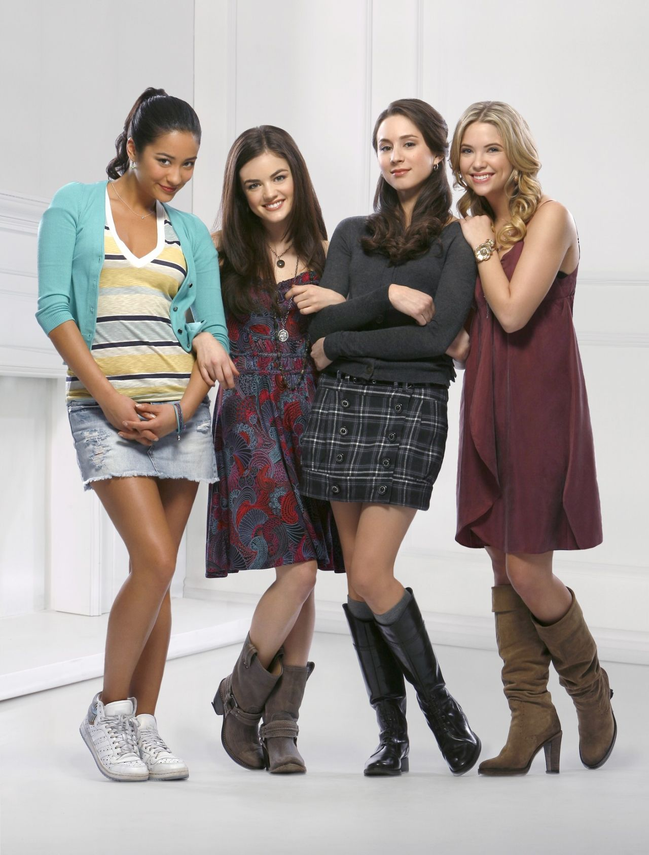 Pretty Little Liars Iphone Wallpaper Lucy Hale Ashley Benson Shay Mitchell And Troian