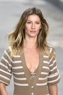Gisele Bundchen - Paris Fashion Week Chanel Runway Show