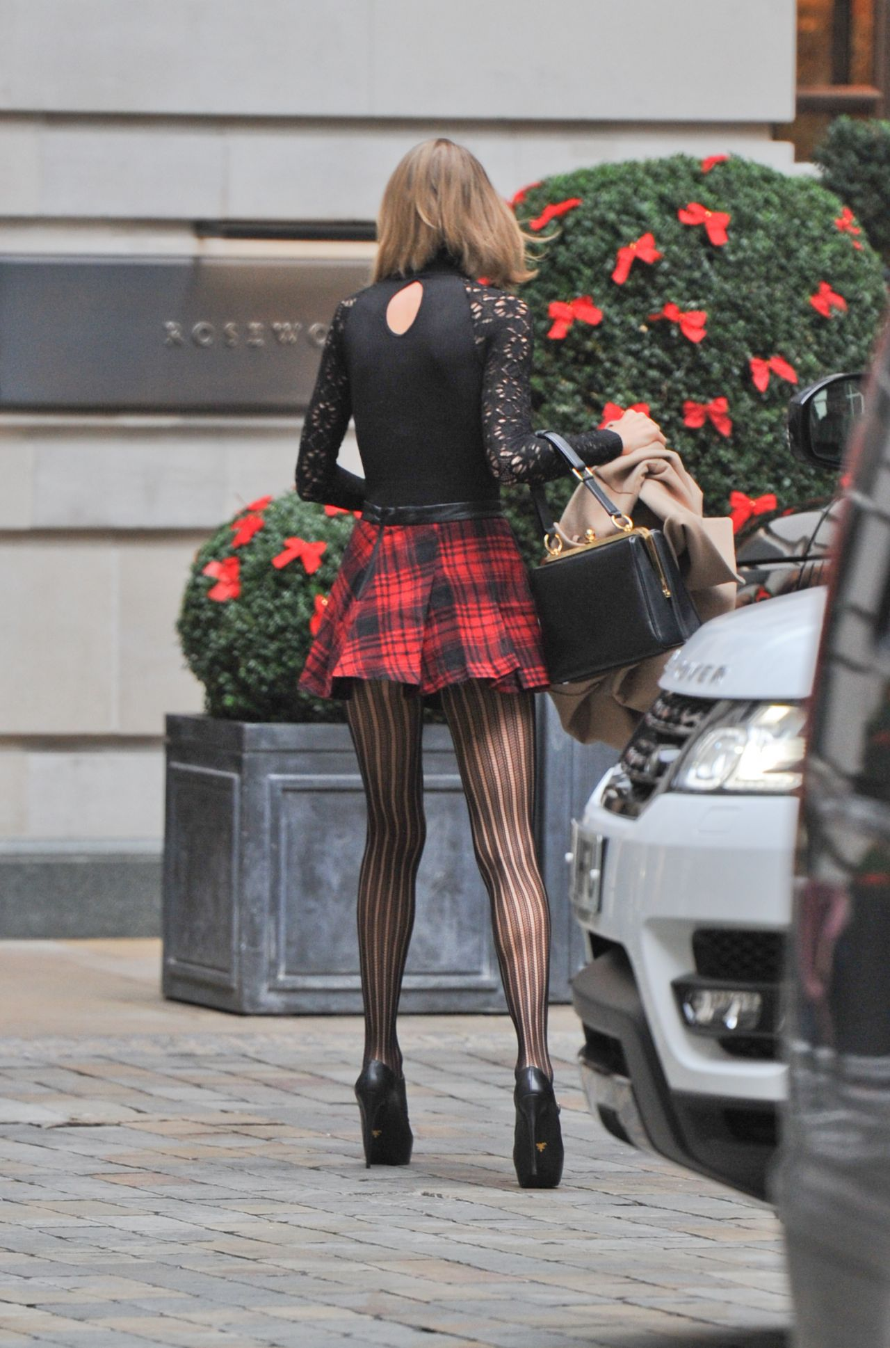 Taylor Swift Leggy  Arriving at Her Hotel in London