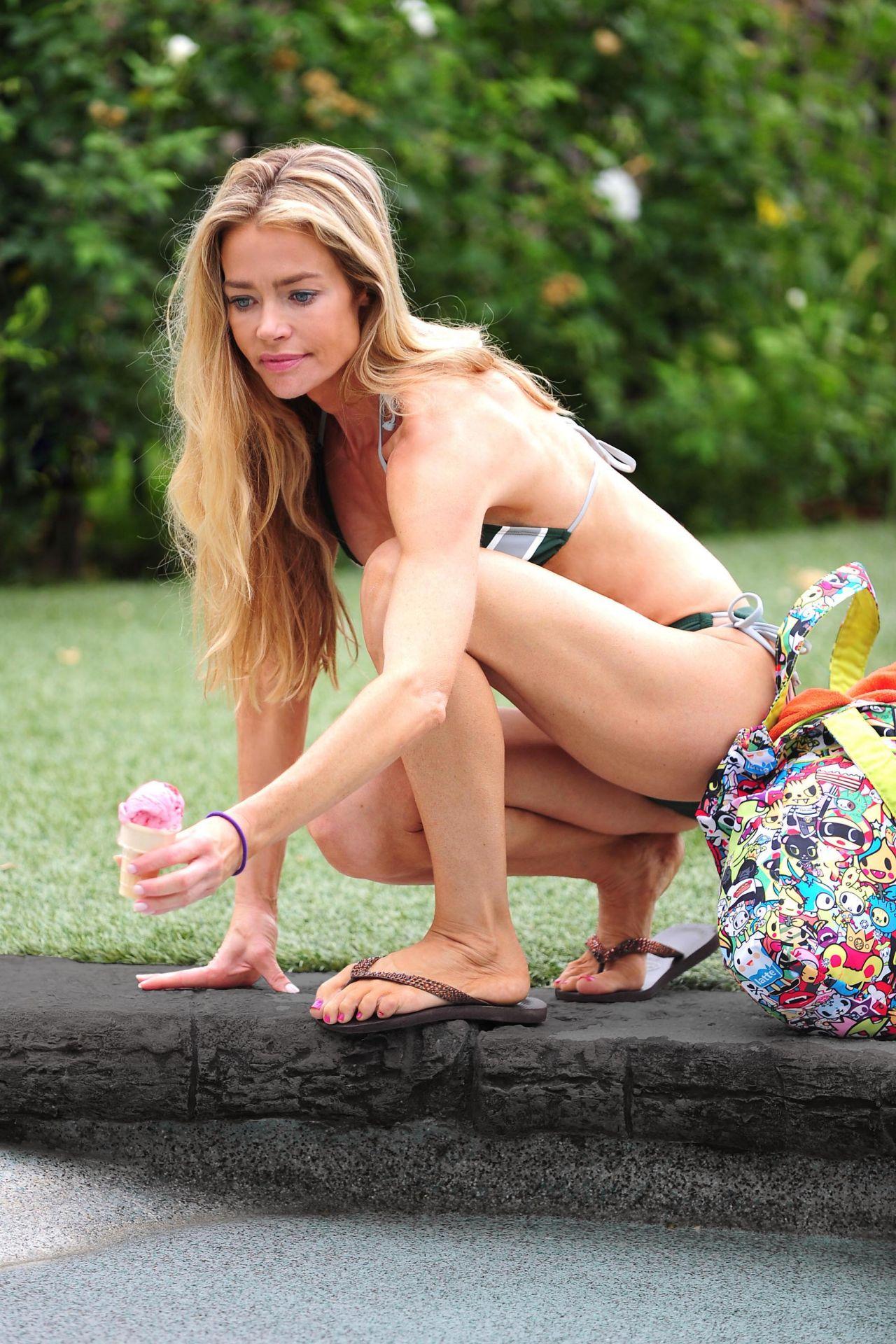 Wallpaper Volley Girl Denise Richards In A Bikini Licking An Ice Cream In La