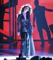 selena gomez - performing