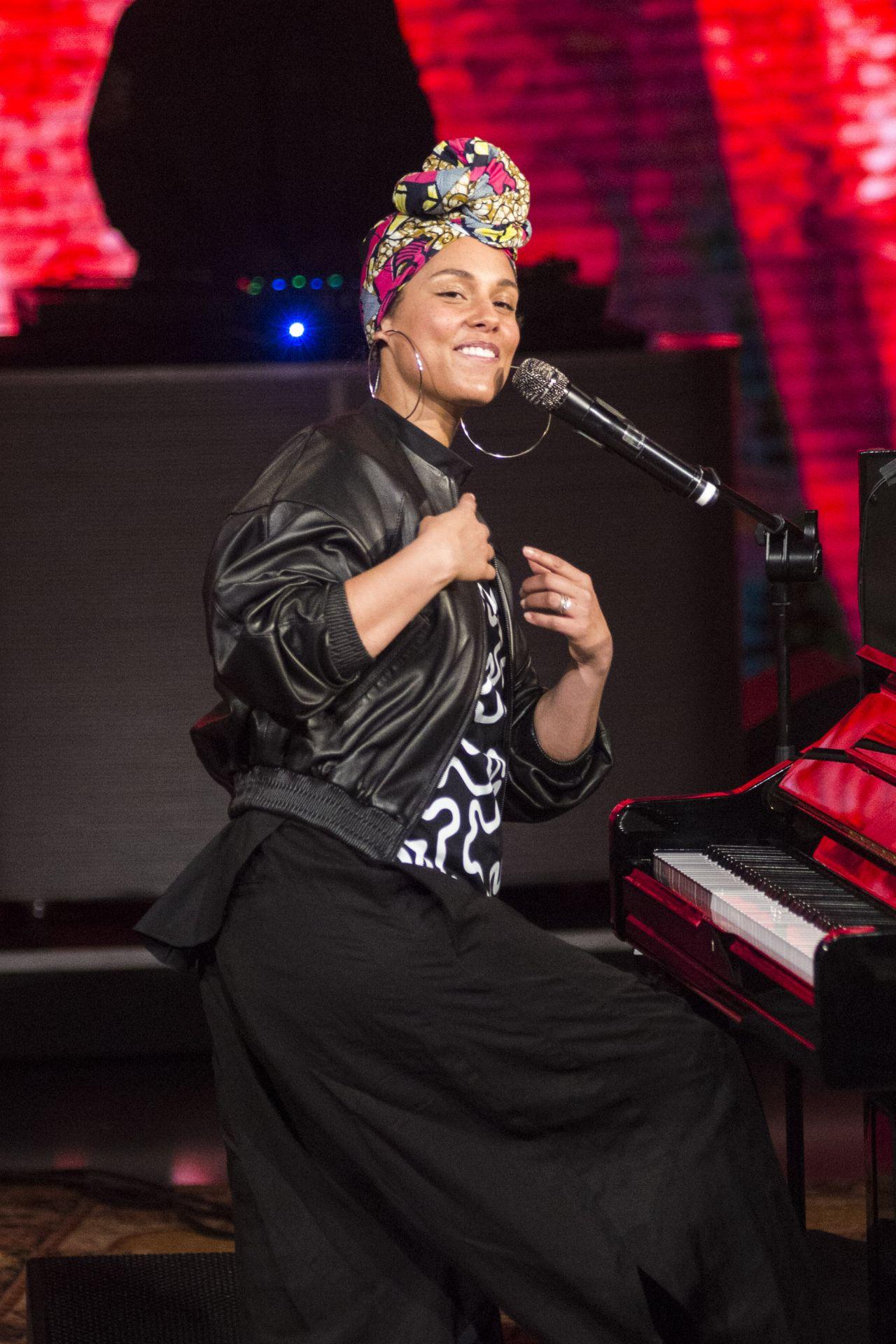 Alicia Keys  Performs at TV broadcast Che tempo che fa in Milan June 2016