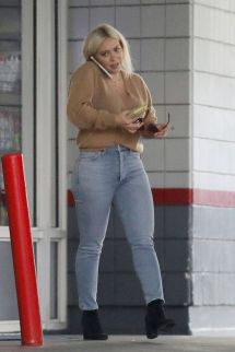 Hilary Duff Flaunts In Skin Tight Jeans 12 14 2018