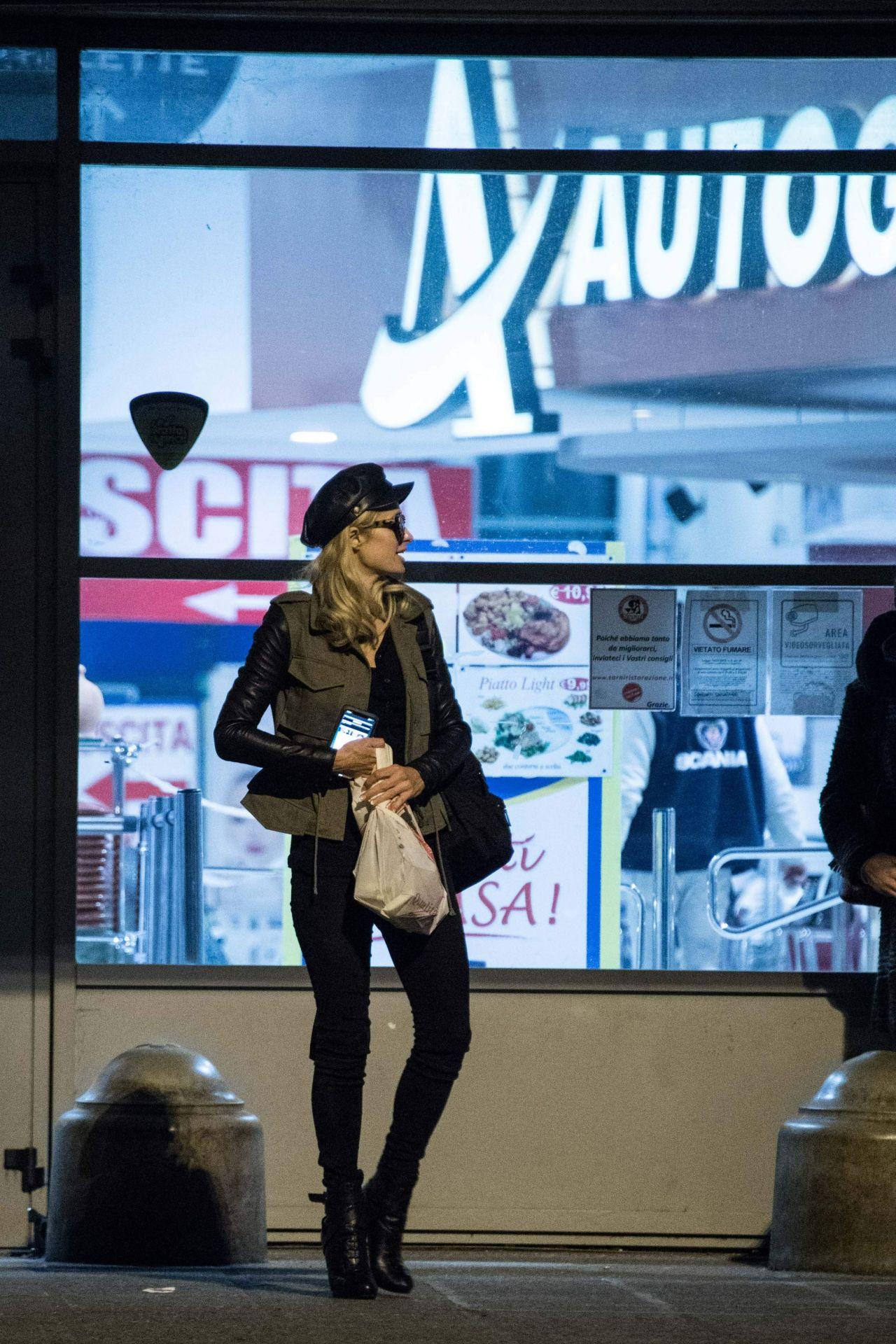 Paris Hilton  Shopping in Bologna 01152019