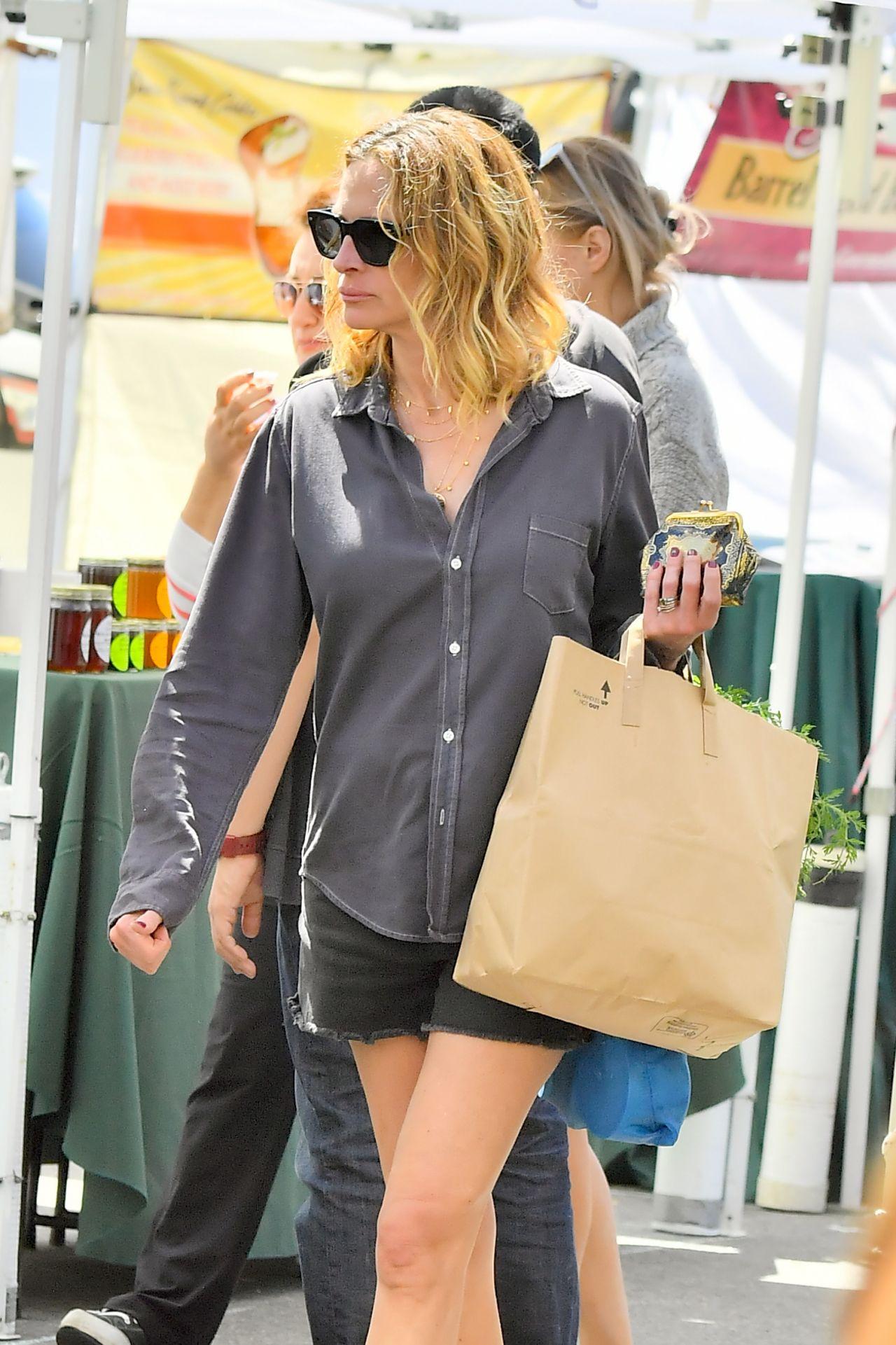 Julia Roberts Leggy in Shorts 04082019