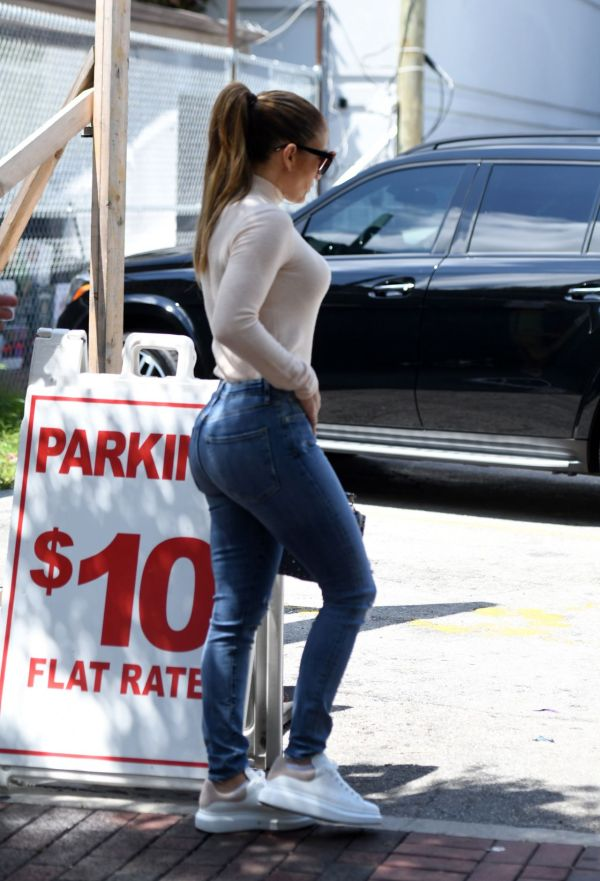 Jennifer Lopez In Tight Jeans - Lunch Miami 05