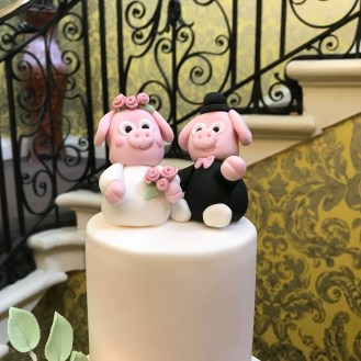 Piggies as Cake Toppers - adorable !