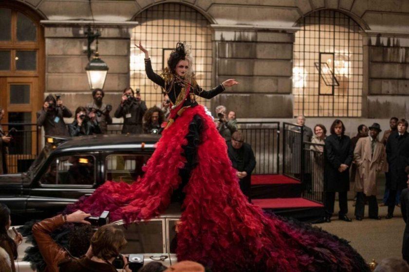 Emma Stone con uno de los espectaculares looks de Cruella.