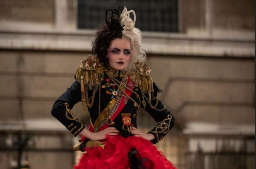 Emma Stone con uno de sus looks en Cruella.