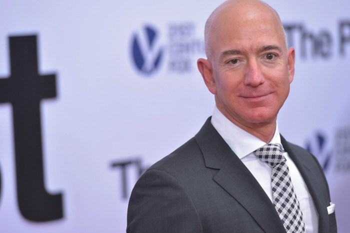 Jeff Bezos Maintains Distance From Lauren Sanchez Despite Being In Love