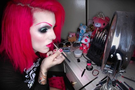 Jeffree Star in his early years doing makeup.