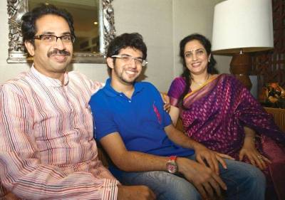 Aditya Thackeray (center) with her father Uddhav (left) and mother Rashmi (right)
