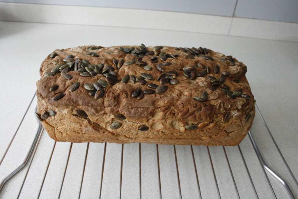 06.na bakken het brood laten koelen op rooster