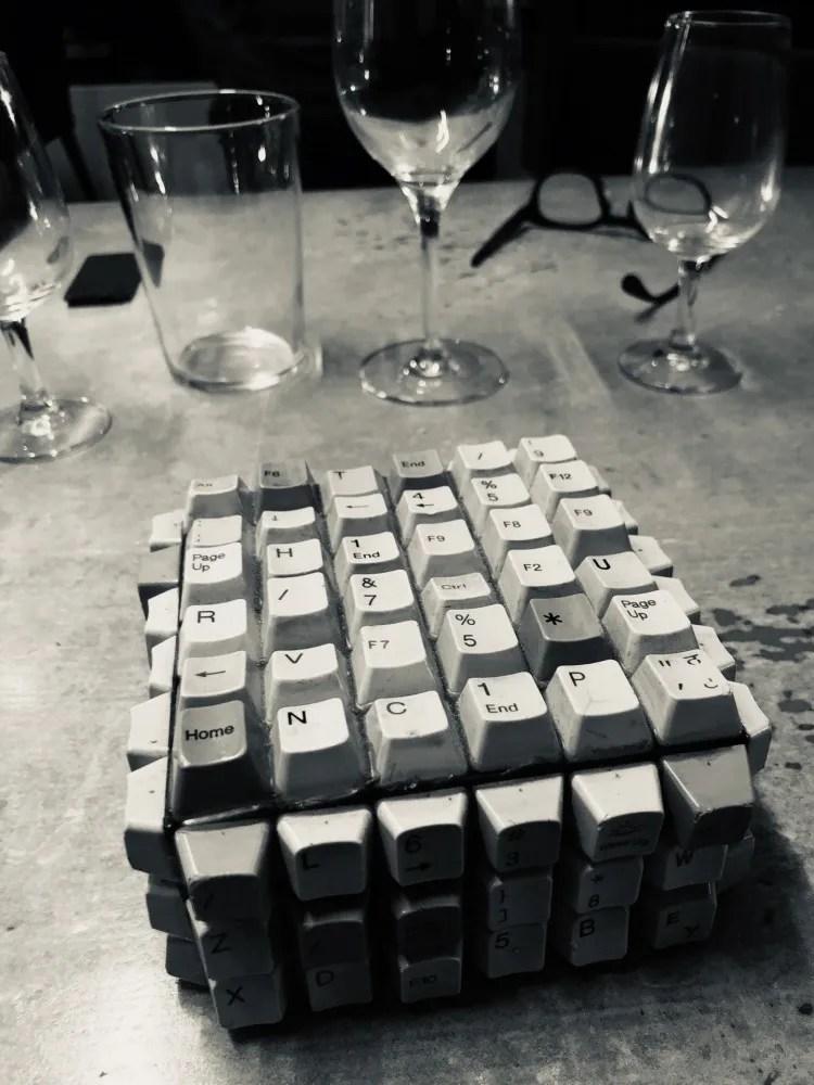clavier d'ordinateur sur une table de restaurant en noir et blanc