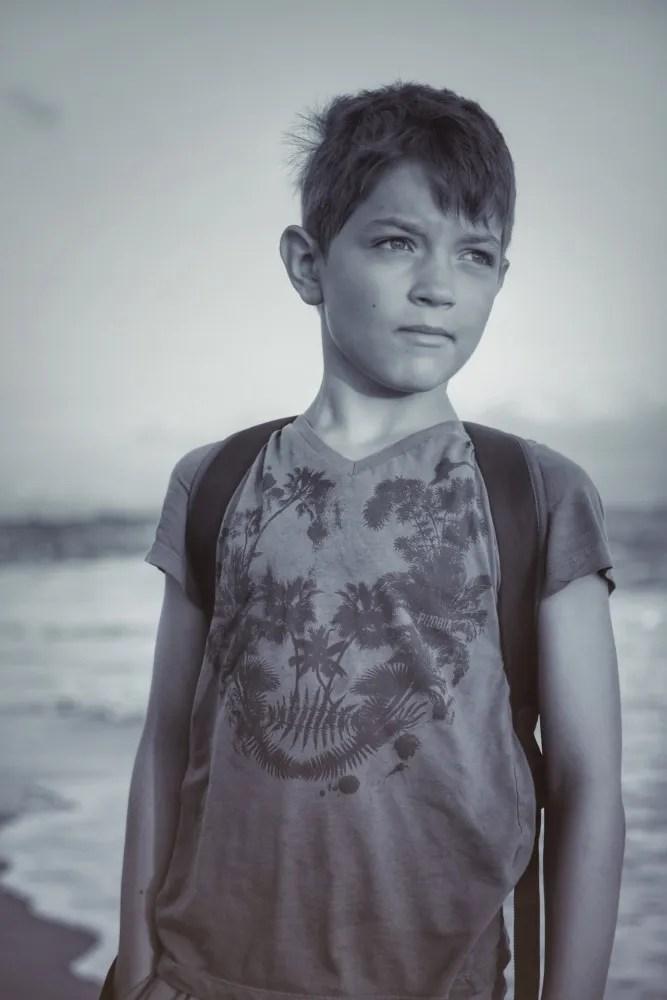Enfant portrait sur une plage en noir et blanc