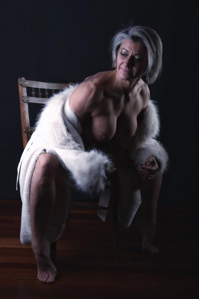 femme en séance photothérapie nu artistique avec fourrure seins nus
