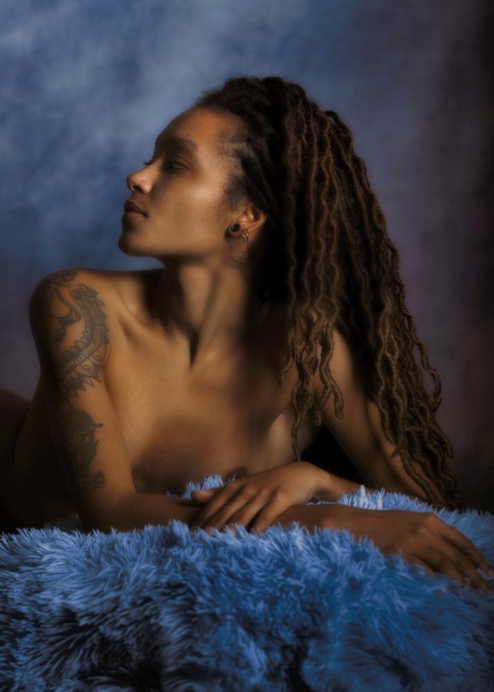 Séance photo-thérapie en nu artistique pour femme black modèle portrait de profil par femme photographe