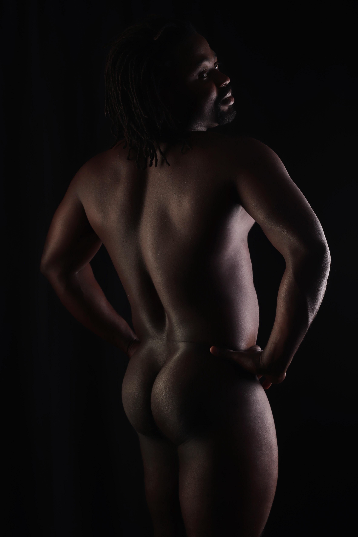 homme black noir en nu artistique de dos en clair obscur