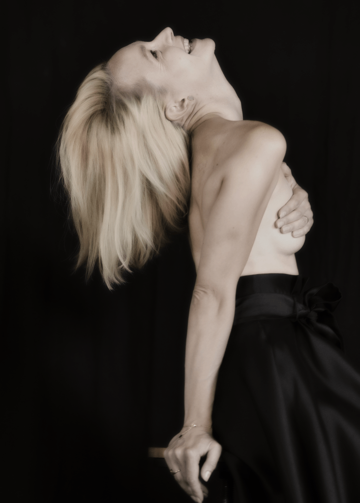 portrait femme blonde de profil riant la tête en arrière