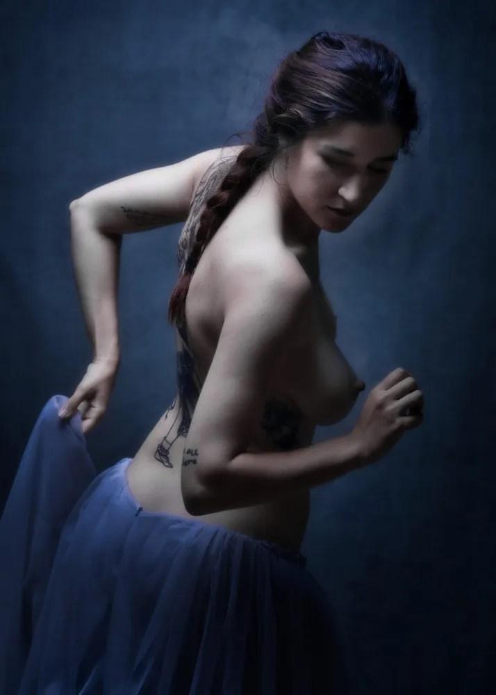 femme en nu artistique clair obscur jupon en tulle et nattes longues