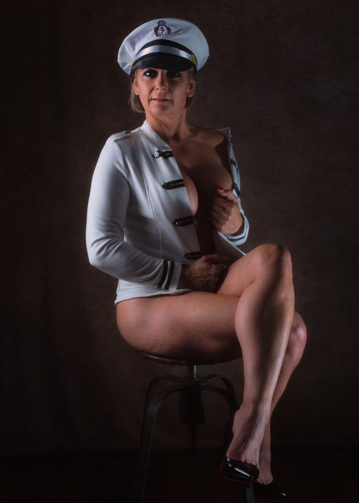 femme habillée en marin semi nue artistique en clair obscur