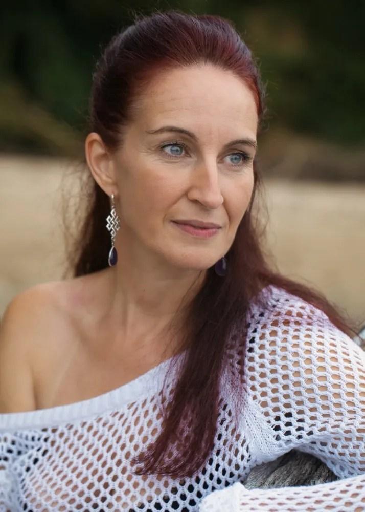 portrait d'une femme aux cheveux longs sur une plage