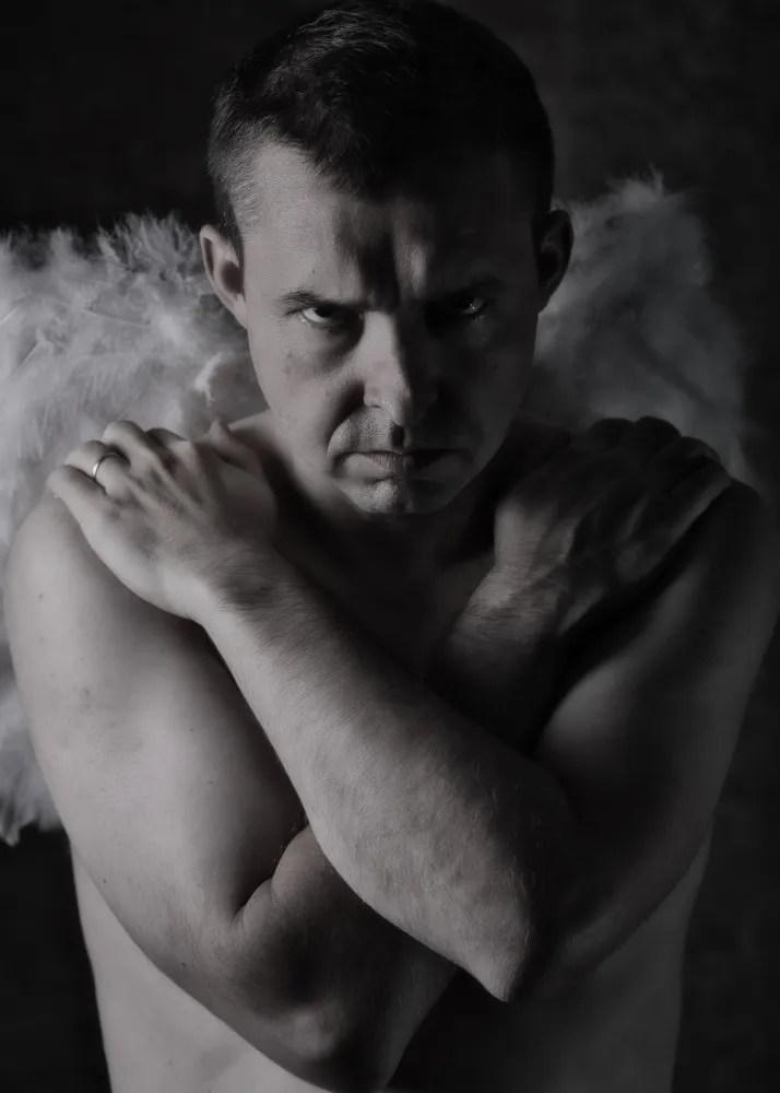 portrait homme avec des ailes d'ange et un visage de démon