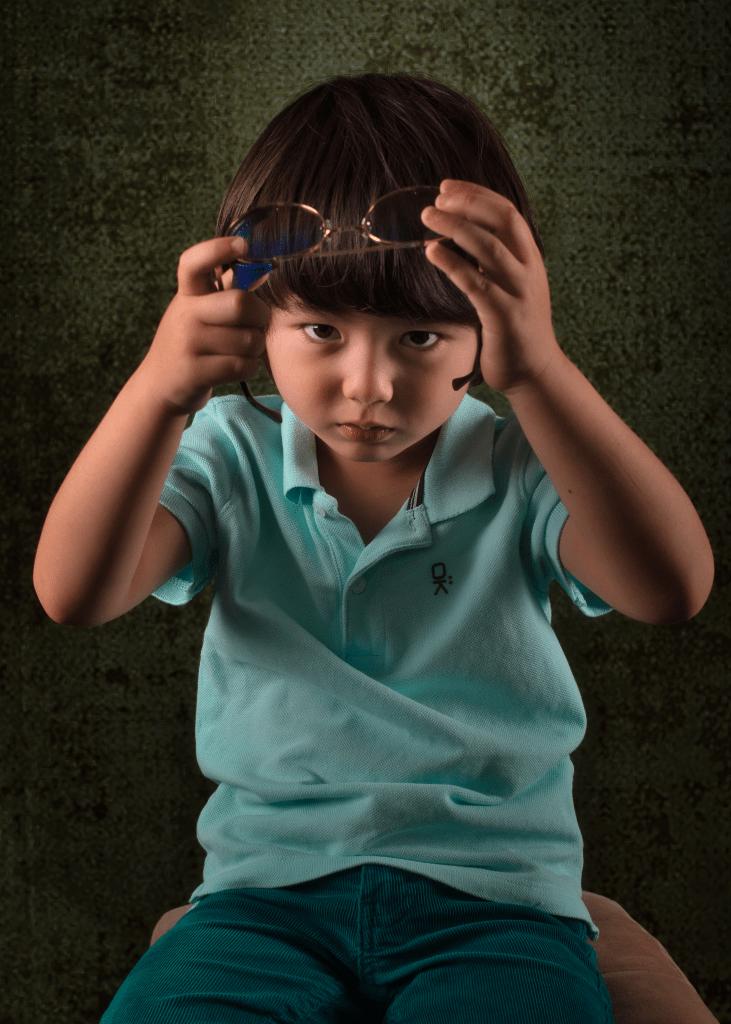 séance photo enfant eurasien portrait avec lunette