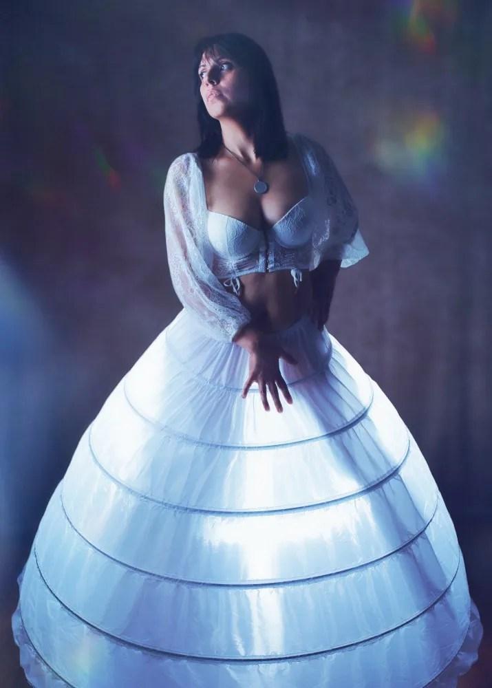 femme en lingerie blanche dans une crinoline blanche