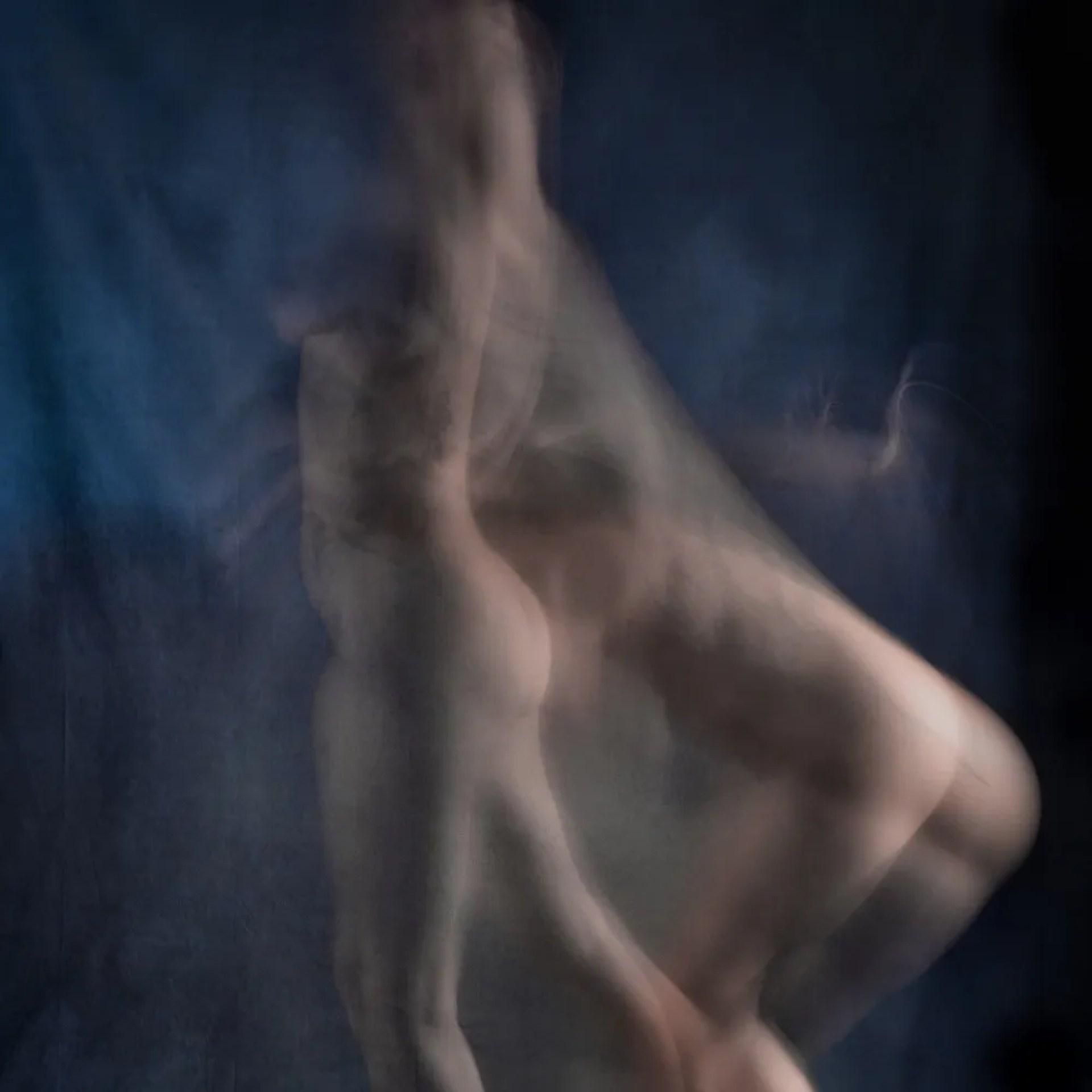 femme nu artistique en flou de mouvement dédoublement danse de profil