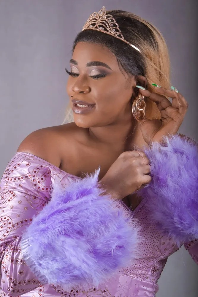 portrait femme black maquillée en tenue de fête robe de gala rose et violet