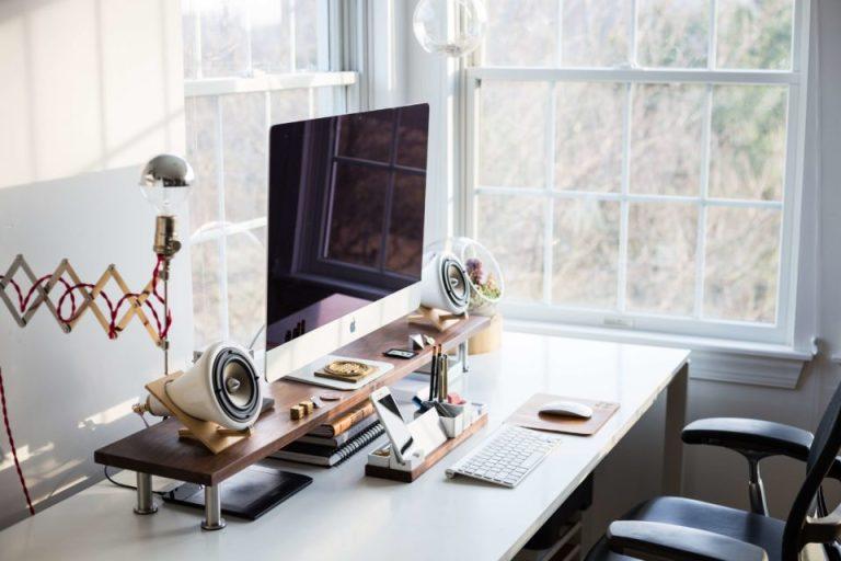 Una oficina donde esta solo una computadora en el escritorio y la silla