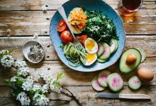 Un Plato de Ensalada en la mesa