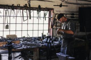 El carpintero esta trabajando en su carpinteria