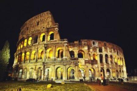 Es la foto del Coliseo Romano durante la noche