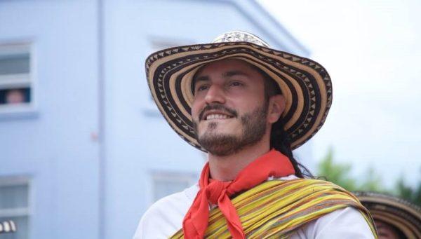 Es un hombre Gaucho sonriendo con un sombrero