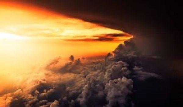 Es una tormenta de agua donde a un lado llegan los rayos del sol y por el otro extremo esta todavia oscuro