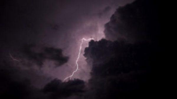 Es una tormentas y las nubes estan oscuras y hay rayos del cielo