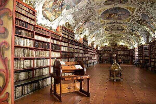 Es una biblioteca con muchos libros